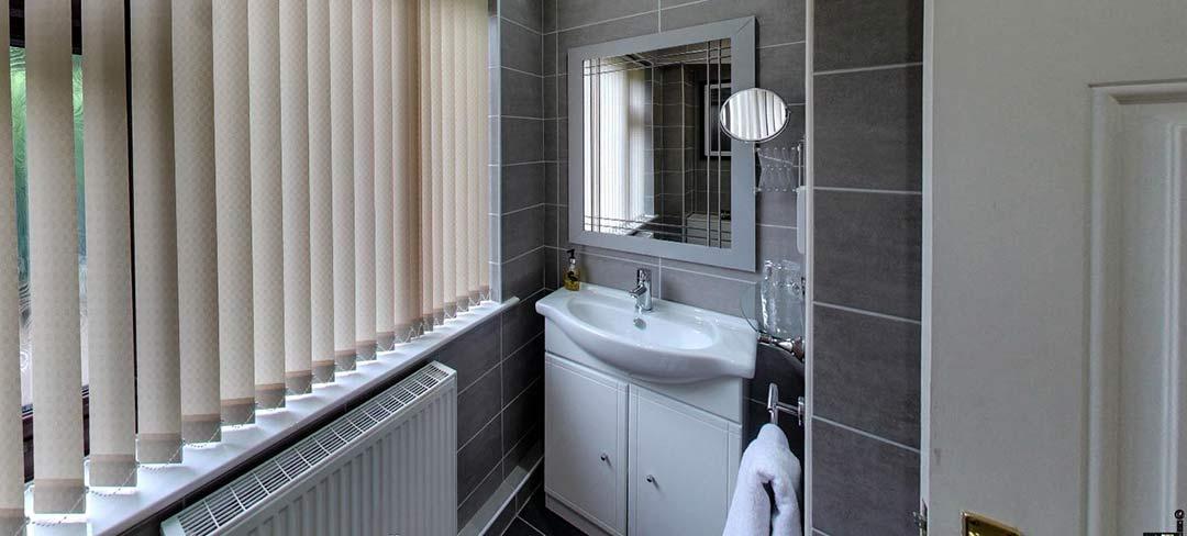 matlock-Bed-and-breakfast-room6-bath2